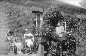 Анна Войнилович (слева под зонтиком) и другие женщины с собаками на терассе у дома в Кунцевщине.