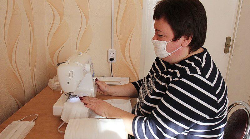 В Клецком ТЦСОН изготавливают марлевые маски для местных соцработников