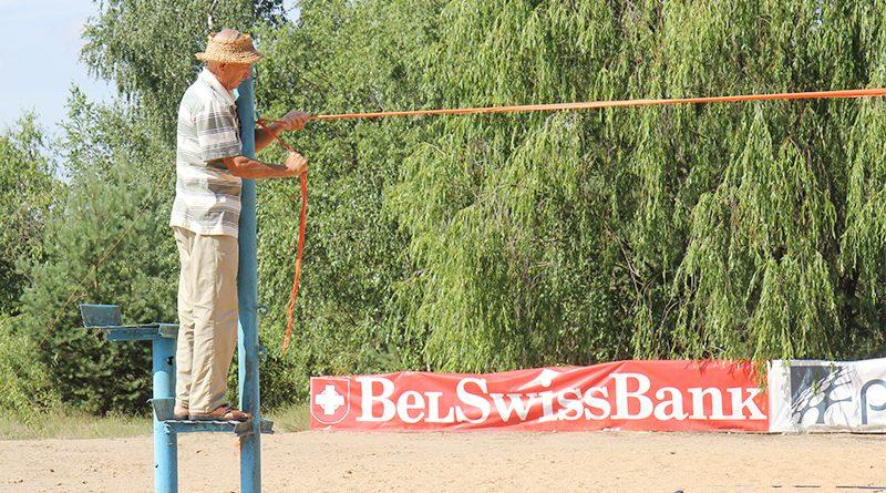 Пенсионер из Клецка пытается возродить в райцентре пляжный волейбол