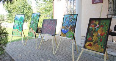 Уроженец Клецка Ришард Май передал районному музею картины воспитанников своей изостудии