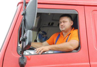 «За первой — вторая тысяча»: Водитель из ОАО «Кухчицы» Виталий Кишко лидирует в соревнованиях водителей на жатве
